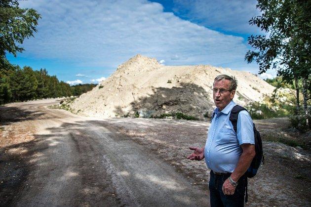 Hans Ek mener fyllinga i bakgrunnen ikke er i tråd med kart og gamle bilder fra stedet, og at plan- og bygningssjefen har gitt Råde Graveservice tillatelse til å fylle opp for mye.