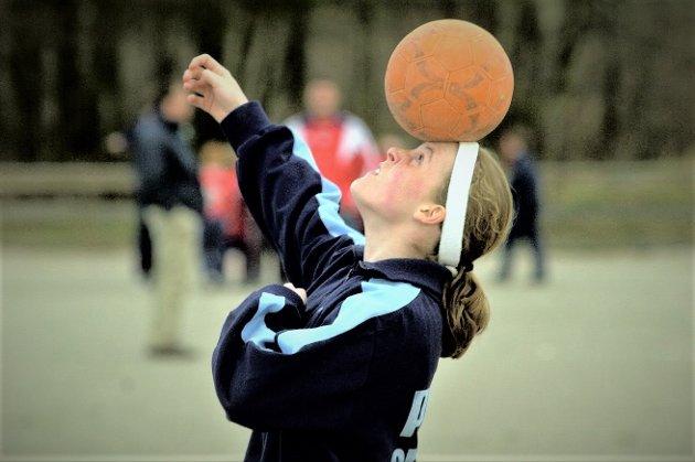 13 ÅR: Slik så det ut da Isabell Herlovsen lekte med kula som 13-åring i 2002. Det var starten på en fantastisk karriere.