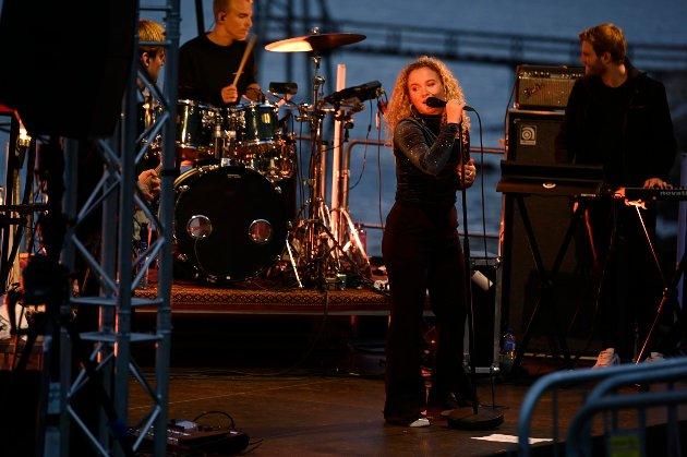 Emma Steinbakken var første artist ut under Haikjeften-arrangementet i Ornesvika. Emma Steinbakken leverte en solid konsert for et forventningsfullt publikum.