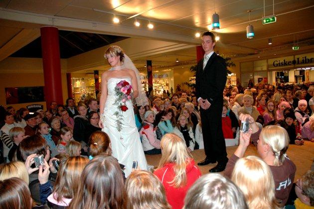 Kjæresteparet Idun Kleppe og Øyvind Bjelland traff hverandre på Sjøsiden. Lett rødmende poserte de i går som bryllupsmodeller, med høy lommetørklefaktor, i 2005.