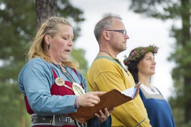 Forstander i Norsk sjamanforbund Gro Hilseth Eid foretok vielsen av Monia og Erik Alexandersen.