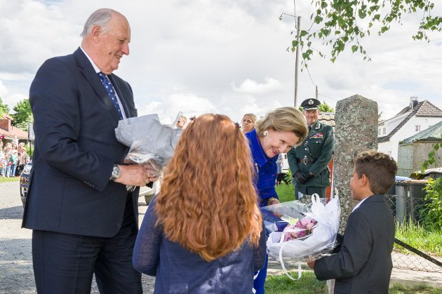 Til høyre på bildet gir 9 år gamle Vincent Alexander Rubio blomster til dronning Sonja.