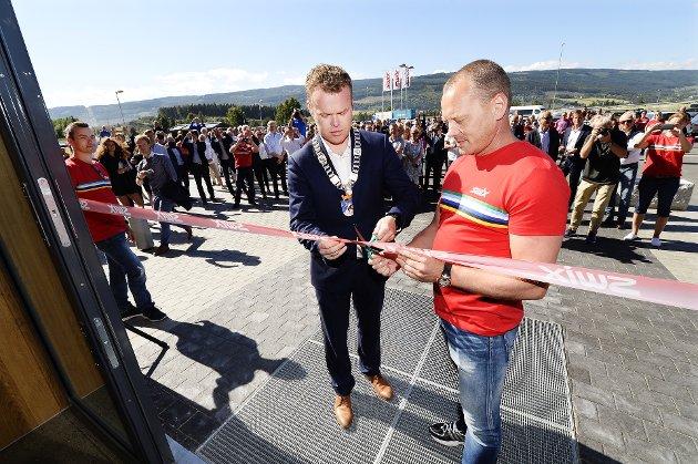 OFFISIELT ÅPNET: Ordfører Espen Granberg Johnsen klippet snoren med hjelp fra driftsleder Torbjørn Haugen.