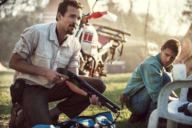 """PÅ EVENTYR I AFRIKA: Tjostolv Moland (Tobias Santelmann) og Joshua French (Aksel Hennie) i spillefilmen """"Mordene i Kongo"""". Godt skuespill i en film som egentlig ikke gjør oss nevneverdig klokere på hva de to karene egentlig drev med."""