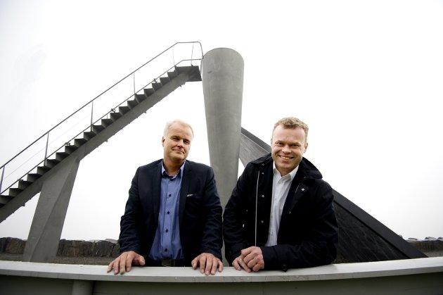 MÅ TA TAK: Ordfører Espen G. Johnsen (t.h.) og rådmann Tord Buer Olsen - tilskuere til millionspill?