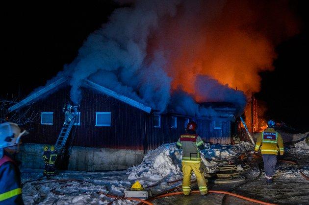 Brann i et eldre fjøs på Fåberg.