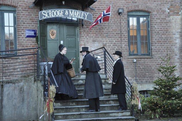 AVVIST: Velgjørerne (Marianne Gulliksen og Jarl Eirik Straume) samler inn penger til trengende, men blir avvist av Scrooge (Paul-Ottar Haga).