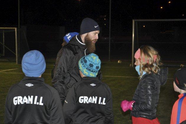FINT MØTE: Barna på fotballakademiet synes det var morsomt å møte Jo Inge Berget.