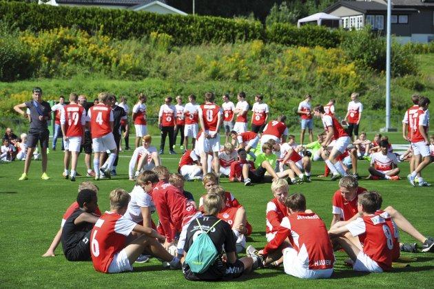 GRØNT GRESS: Alle spillerne i Jevnaker var samlet på den nye flotte gressmatta. Alle foto: Rune Pedersen