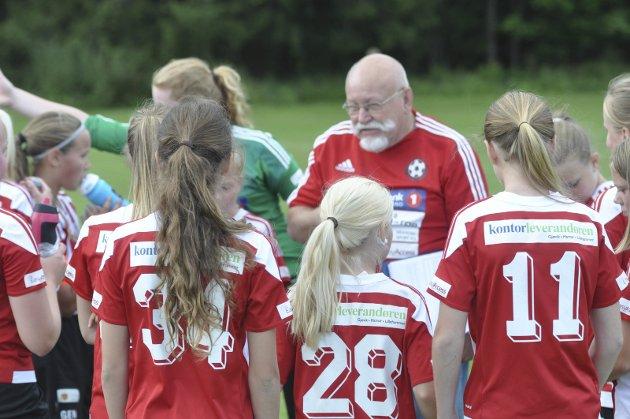 JENTETRENER: Dag Nicolaisen er fortsatt aktiv som trener i HKFK. Her fra Norway Cup i sommer. Foto: Rune Pedersen