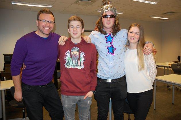 NYTT I ÅR: Det er elevene ved 3. klasse musikklinja som har laget årets sang. Her ved lærer Thomas Sanger-Elnes, Audun Straume, Jon Peder Prestkvern og Marte Bålerud.