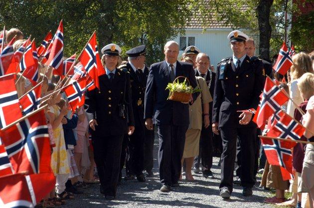 JUBILEUMSJUBEL: Barna med flagg laget en kjempeflott ramme rundt jubileumsdagen og Kong Haralds besøk satte de alle sammen stor pris på.