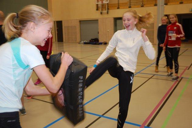 SPARK: Ingvill Molid Karlsen sparker og Agnes Velsand tar i mot.