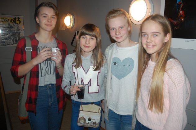MORO: Kaisa Berg Stokke, Julie Arvesen, Astrid Bekken Woldengen og Zita Christina Ulnes-Groff koste seg på fest.