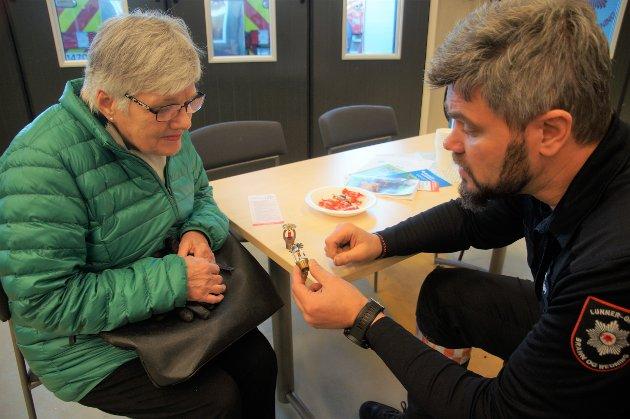 DEMONSTRASJON: Per Ansgar Østby viser Turi Monrad hvordan sprinkelanlegget der hun bor virker.