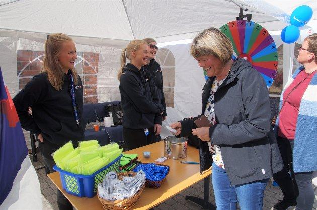 LYKKEHJUL: Line Dyrud (fra venstre), Liv Randi Knarud og Hanne Marie Braaum-Wiik besørget lykkehulet for Sparebank1. Line Johnsen (foran) og Wenche Østmo prøvde lykken.