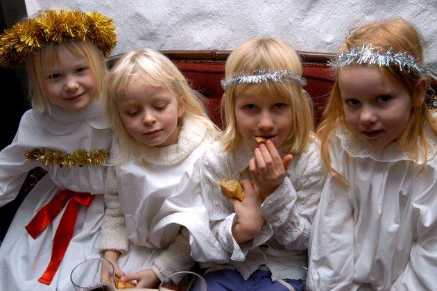 Luciafeiring på Hotell Hadeland. Elever fra 1. og 6. klasse på Sanne skole går Lucia. Fra venstre: Renate, Andrea, Marte og Lina.