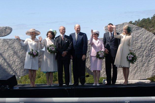 10.06.2005: Et sterkt kongelag kastet glans over åpningen av Svinesundsbrua. Fra venstre kronprinsesse Victoria, dronning Silvia, kong Carl Gustaf, kong Harald, dronning Sonja, kronprins Haakon og kronprinsesse Mette Marit.
