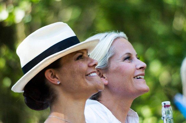 Norges Kronprinsesse Mette Marit og Kronprinsesse Victoria av Sverige var lørdag på klimapilegrimsferd fra Søndre Enningdalen kirke til Elgåfossen.