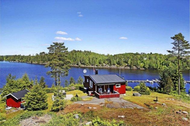 Man må ikke til havet for å finne sommerdrømmen. Denne idyllen er til salgs for 1.380.00 i Aremark.foto: Eiendomsmegler 1