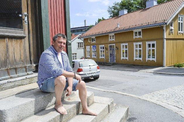 ÆRLIG: Trond Henriksen er klar med sin bokdebut, «Ingen murer er for høye». Halden Arbeiderblad triller terningkast 5.