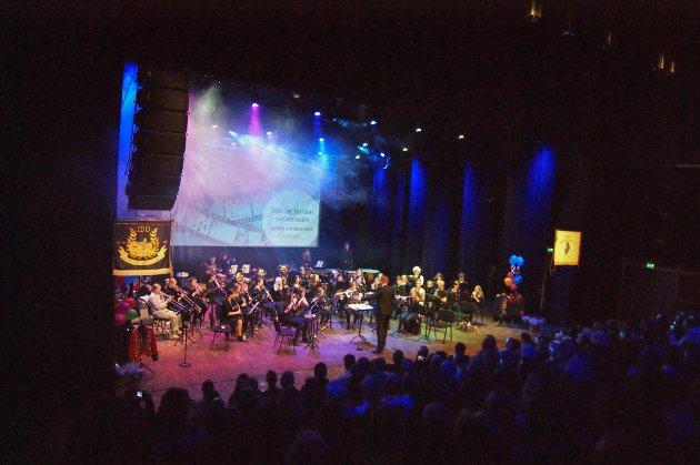 """Temaet for jubileumskonserten var filmmusikk. Her spiller seniorpartiet sangen """"What A Feeling"""" fra Flashdance."""