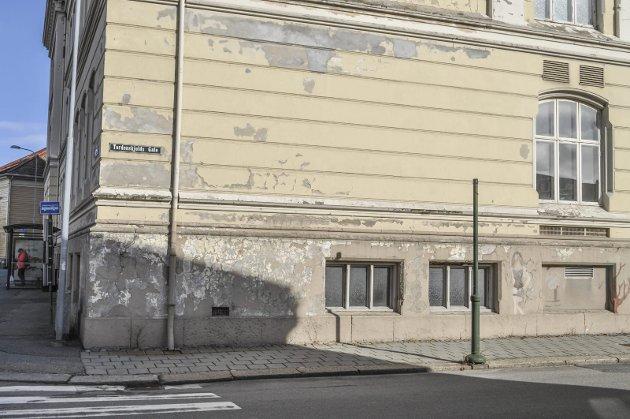 FLASSER: Murpussen på biblioteket flasser av i store flak både på denne og andre vegger.