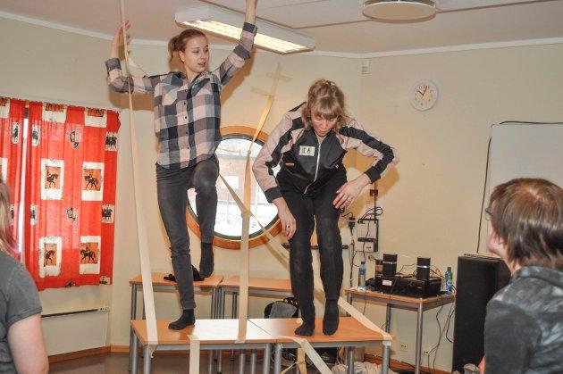 """Danserne Maaike Croles Fitjar (til v.) og Ida Frømyr Borgen demonstrerte """"Kropp i Rom"""" for elevene. Etterpå fikk elevene prøve selv.."""