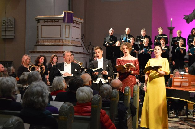 """Til slutt. De fire solistene sammen på scene i Immanuelskirken under tordagens Messias""""-fremføring."""