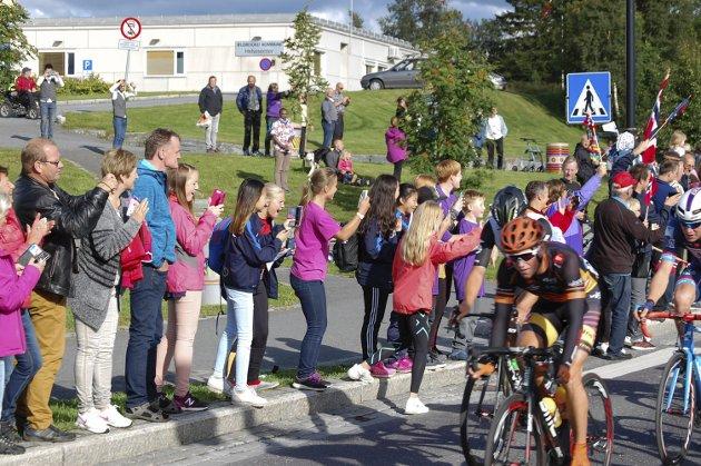 Da andre etappe av Arctic Race of Norway passerte Leland i Leirfjord fredag var det fest med storskjerm og mye folk. Bilder: Arne Gunnar Johnsen