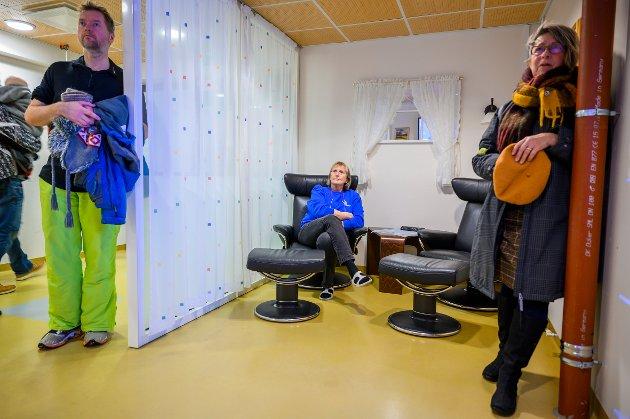 - Denne avgjørelsen er synd Synd for Vefsn, men det blir kanskje en bra løsning for hele Helgeland på sikt,  sier Gunilla Hillbom ( til høyre)  som jobber som vikar anestesisykepleier ved Sykehuset i Mosjøen. Kari Thorvaldsen og Anders Rundsvoll følger også med.