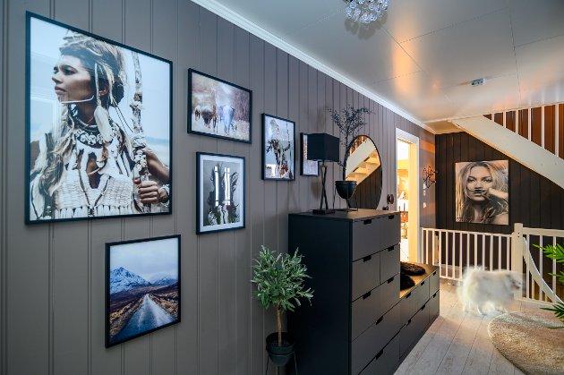 Fotografier: Veggene i gangen er prydet med utradisjonelle fotografier der natur og mennesker er bærende elementer. Bildene har Jeanette fått gjennom samarbeid med Posterstore Desenio, Canvas butik og Picture it.