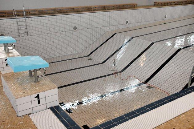 STENGT: Ingen får bruke bassenget før feilen er utbedret. Arkivfoto.
