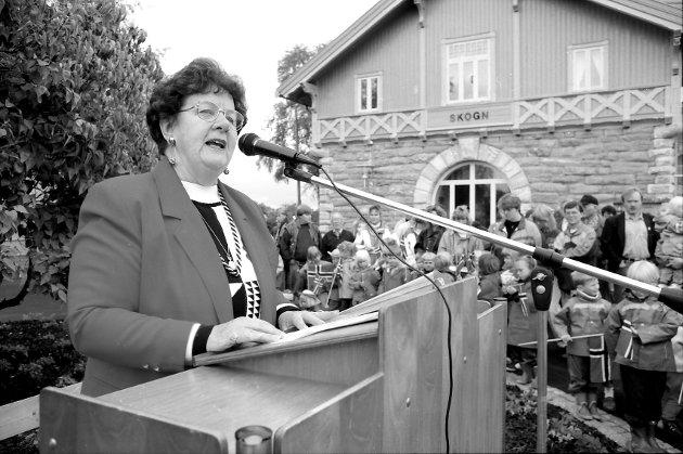 JOBBET FOR SKOGN: Som leder av Skogn sentrumsforening holdt Kristin Fostad tale på rim under åpningen av Jernbaneparken ved Skogn stasjon 2. september 1993. Fostad døde 28. mai.