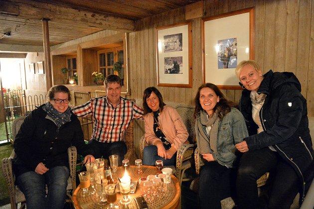 Malin Bunes, Magne Fjellheim, Lene Krogstad, Anne Bunes og Monica Fjellheim er enige om at Bjørekelangen trenger et slikt sted. – Det er hyggelig å gå ut for å treffe kjentfolk, er de enige om.