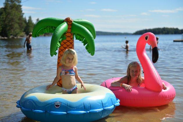 SØSTRE: Amalie (10 år) og Amanda (3år) Kolås Erstad, koser seg i det fine været. Alle foto: Marit Reisjaa Karlsen