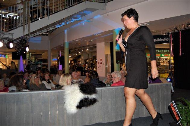 KJØRTE SHOWET: Janne Nordvang hadde publikum i sin hue hånd og tok seg også en tur på catwalken da hun slo et slag for lokal handel fremfor netthandel.
