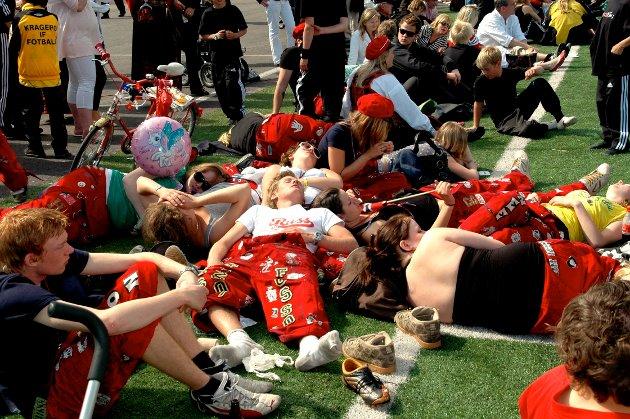 2007: Etter fotballkampen mot håndballgutta på Kragerø stadion 17. mai, var det ikke mye liv i russen.