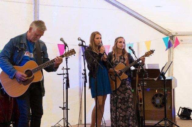 MUSIKALSK FAMILIE: Håkon Røstbø og døtrene Astrid F. Røstbø og Ingrid F. Røstbø var eitt av mange musikalske innslag i teltet under Kaldestadfestivalen i helga.