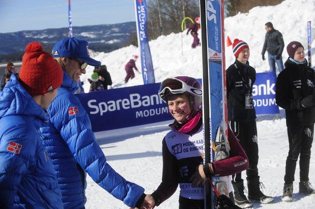 Marie Liane får gratulasjon etter fullført konkurranse av Daniel-André Tande