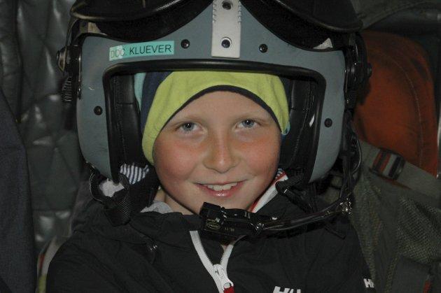 Testpilot: Emil Klausen (9) fant seg godt til rette i hjelmen.