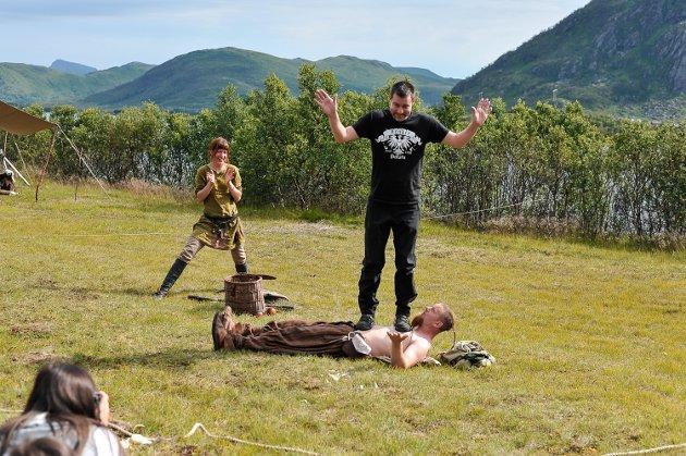 VIKINGFESTIVAL: Åpning av Lofotr Vikingfestival 2015. Gjøglerne rekrutterer en lokal pappa fra publikum til å bli med på opptredenen.