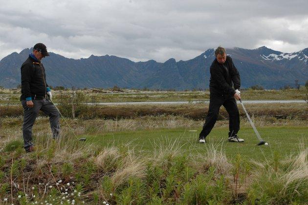 Eirik Munkvold og Jan Viggo Hansen fra Harstad roste golfbanen på Gimsøy opp i skyene, men ikke sitt eget spill…