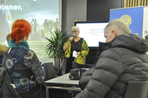 Siri Bjercke i Svolvær Soroptimistklubb åpnet markeringen ved Aust-Lofoten videregående skole.