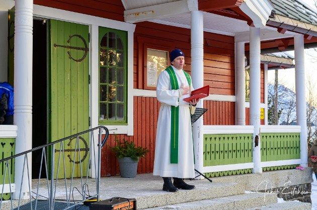 Utegudstjeneste ved Buksnes kirke.