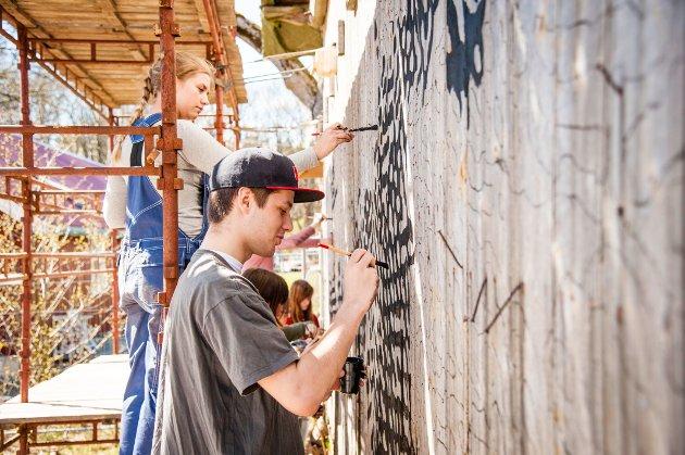 Drop in: Elever ved Kirkeparken i full gang med å male på veggen til det som snart skal bli eget kunst hus for barn og unge.