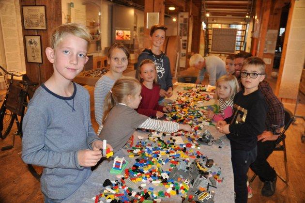 Mange barn og voksne bygget lego på museet i høstferien.