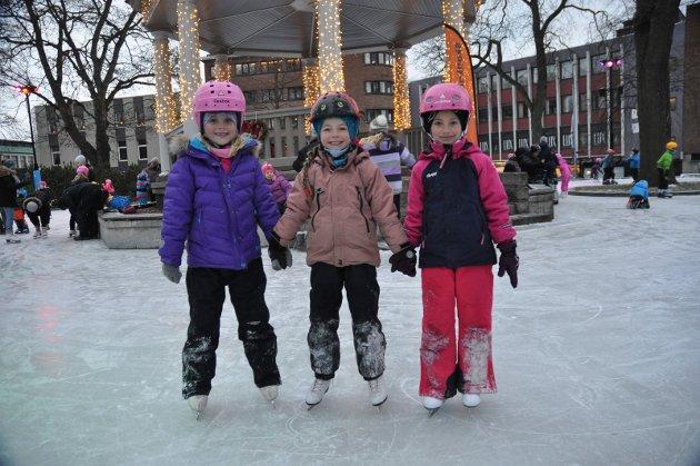 Skøytebanen i Moss åpnet endelig. Hedda Viktoria Braathen, Ylva Fryvil og Hanna Grabinska koste seg.