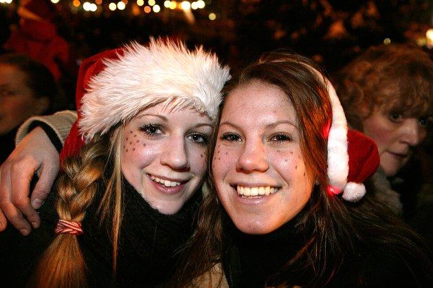 Julegateåpning for 40.gang i Moss sentrum i regi av Lions Club i 2004. Fra venstre; Oda Sofie Granholt og Anne Steffensen.
