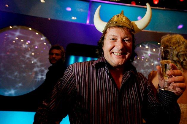 CHARTER-LIV: Svein Østvik har vært et populært tv-fjes siden han dukket opp i «Charterfeber». Nå viser det seg at tv-seerne kanskje ikke kjente mannen bak sangen «Kongen av Mallorca» så godt som vi trodde. Under overflata, det brede gliset og den halvlange manken skjuler det seg en overbevisning som allerede har fått ham til å miste mange fans.
